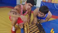 Даёшь молодёжь! Борцы Тамик и Радик Случай с шахматами